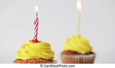 bougies, anniversaire, petits gâteaux, brûlé