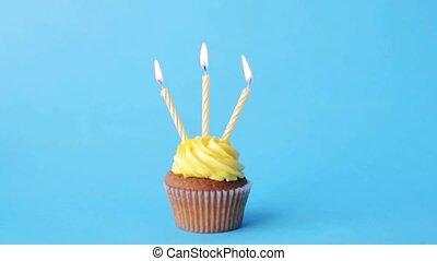 bougies, anniversaire, trois, brûlé, petit gâteau