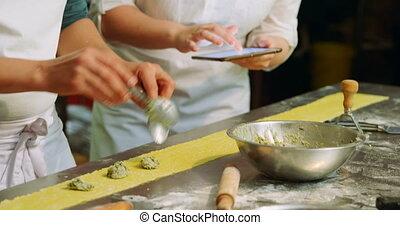 boulanger, femme, mettre, ingrédients, pâte, mâle, 4k, pâtes