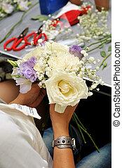 bouquet, fleurs, main a fait