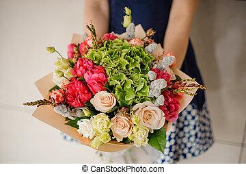 bouquet, girl, fleurs, tenant mains