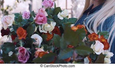 bouquet, grand, femme, jardin, roses