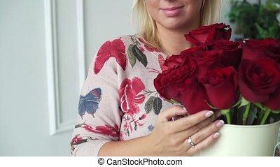 bouquet, roses, femme, jeune, rouges