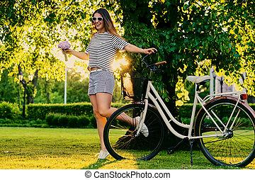 bouquet, ville, tient, femme, bicycle.