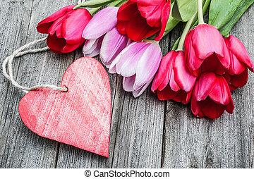 bouquetten, van, tulpen, met, een, lege, label, en, rood hart