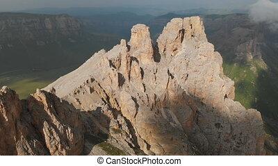 bourdon, affleurements, balancer formations, vol, extrême, vidéo, vue, sunset., voyage, sur, mountaineering., escarpé, voler, aérien, dièse, montagne, rocheux