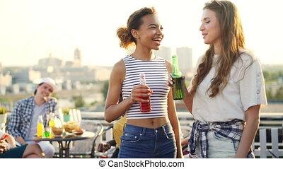 bouteille, amitié, elle, cocktail, communication, concept., africaine, rooftop., conversation, américain, plein air, boire, tenue, pendant, amusement, fille partie, joli, caucasien, ami