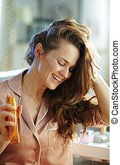 bouteille, huile, tenue, moderne, cheveux, femme heureuse