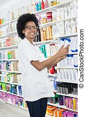 bouteille, shampoing, pharmacie, femme, tenue, chimiste