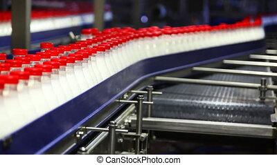 bouteilles, convoyeur, lotissements, mouvement, usine, plastique, rouges, casquettes, lait, vide