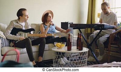 bouteilles, elle, paroles, collations, amis, guitar., charmer, regarder, jouer, quoique, papier, visible., femme, clavier, table, mâle, chant, chanteur, beau