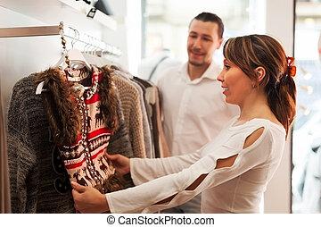 boutique, couple, ordinaire, choisir, vêtements