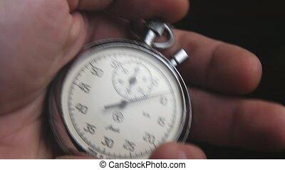 bouton, chronomètre, faces, horloge, mâle, deux, main, poussées, retro-looking