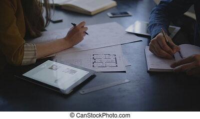 bouwschets, vrouw, haar, zittende , aannemer, klant, tafel, discussiëren, man