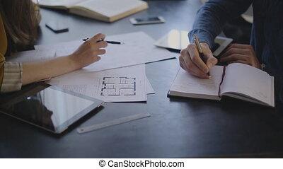 bouwschets, vrouw, haar, zittende , klant, elektrisch, tafel, discussiëren, man