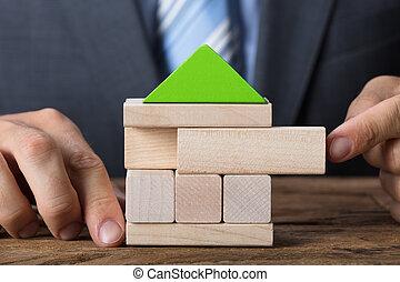 bouwstenen, eco, woning, houten, zakenman, vriendelijk