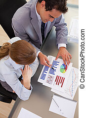 boven, aanzicht, van, zakenlui, werkende , met, statistiek