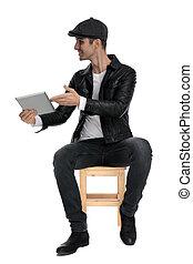 bovenkant, het voorstellen, bemannen seated, tablet, zijn, ongedwongen, vrolijke
