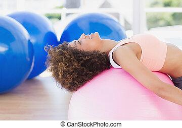 bovenkant, passen, aanzicht, bal, het uitoefenen, vrouw, fitness, jonge