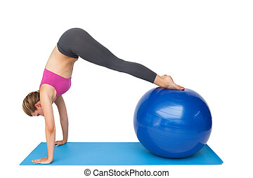bovenkant, passen, aanzicht, bal, stretching, vrouw, fitness, jonge