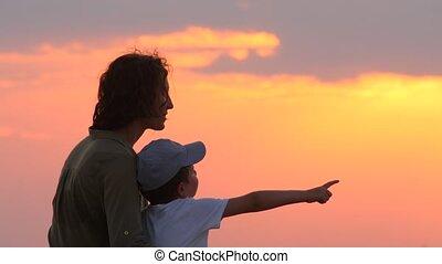 bovenkant, schouwend, het koesteren, sunrise., zoon, zonopkomst, haar, geitje, moeder, zee, verbazend, op, achtergrond, vrolijke , hemel, vrouw, mooi, schilderachtig, kindertijd, city., aanzicht, concept
