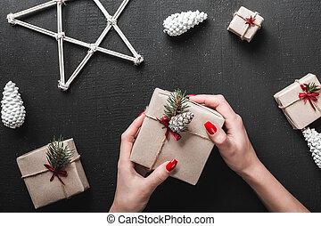 bovenzijde, houden, met de hand gemaakt, gift., xmas geschenken, achtergrond, black , prachtig, overzicht., dame, atmosphere.