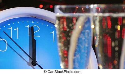 bovenzijde, van, bril, met, champagne, op, jaarwisseling, eva, tegen, de klok van de muur, bokeh, guirlande, op, black , nok, bewegingen, om te, de, links, dichtbegroeid boven