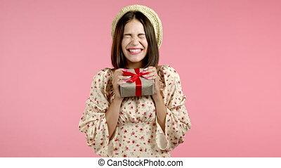 bow., femme, présent, portrait, boîte, arrière-plan., elle, ...