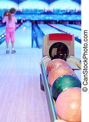 bowling;, カラフルである, フォーカス, 数, 背中, ボール, 準備する, 女の子, balls;, 投球