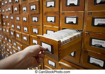 box., menselijk, databank, ouderwetse , concept., bibliotheek, hand, catalogus, opent, bestand, cabinet., of, kaart