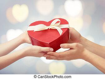 boxas, röd, gåva