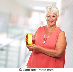 boxas, senior woman, holdingen