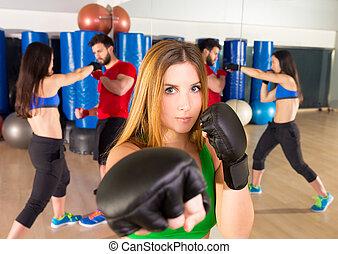 boxen, aerobox, frauenportraets, in, fitness, turnhalle