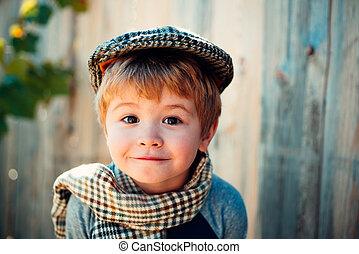 boy., rolig, emotionell, face., barn, med, vackra ögon, tittande vid, den, kamera., pojke, in, a, tweed, mössa, och, pläd, scarf., litet, gentleman., glad, lycklig, kid.
