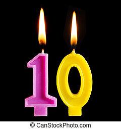brännande, födelsedag vaxljus, in, den, bilda, av, 10, tio, beräknar, för, tårta, isolerat, på, svart, bakgrund., den, begrepp, av, fira, a, födelsedag, årsdag, viktigt, datera, helgdag