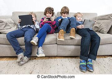 bröder, och, syster, användande, teknologien, på, soffa