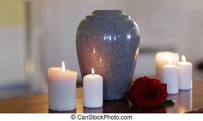 brûlé, funéraire, bougies, urne, intérieur, table
