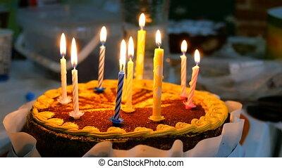 brûlé, gâteau, beau, délicieux, cuisine, bougies anniversaire, table.