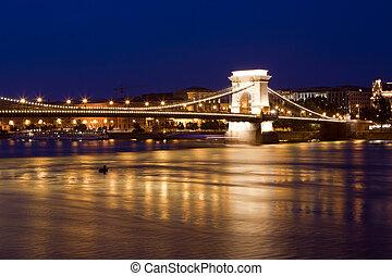 brücke, budapest, skyline, reflektiert, fluß, night.