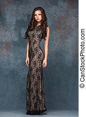 brünett, frau, dress., posierend, haar, graue , junger, hintergrund, langer, sie, schöne , studio