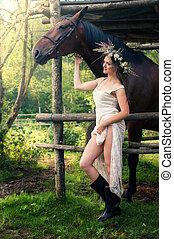 frau wird von pferd gedeckt