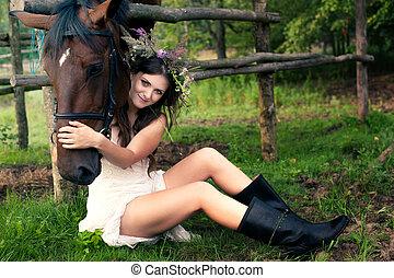 frau vom pferd gedeckt