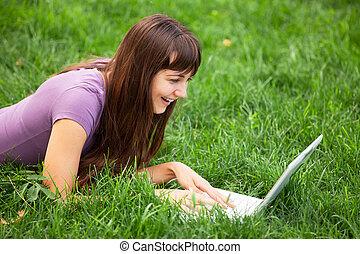brünett, m�dchen, an, grünes gras, mit, notizbuch