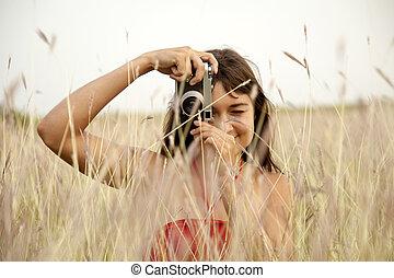 brünett, m�dchen, mit, fotoapperat, an, outdoor.