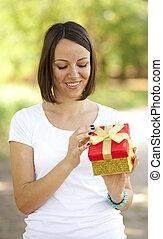 brünett, m�dchen, mit, geschenk, an, outdoor.