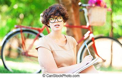 brünett, m�dchen, mit, merkzettel, in, der, park., retro, fahrrad, an, hintergrund.