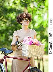 brünett, m�dchen, mit, retro, fahrrad, in, der, park.
