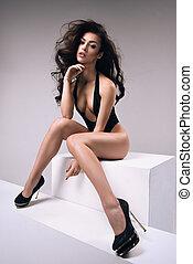 brünett, modisch, frau, posierend, attraktive, damenunterwäsche, sexy, studio