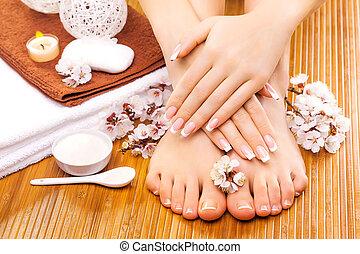 brązowy, manicure, i, pedicure, na, przedimek określony...