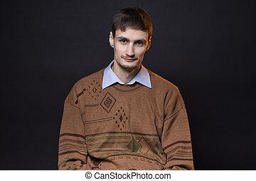 brązowy, sweter, brunetka, uśmiechnięty człowiek